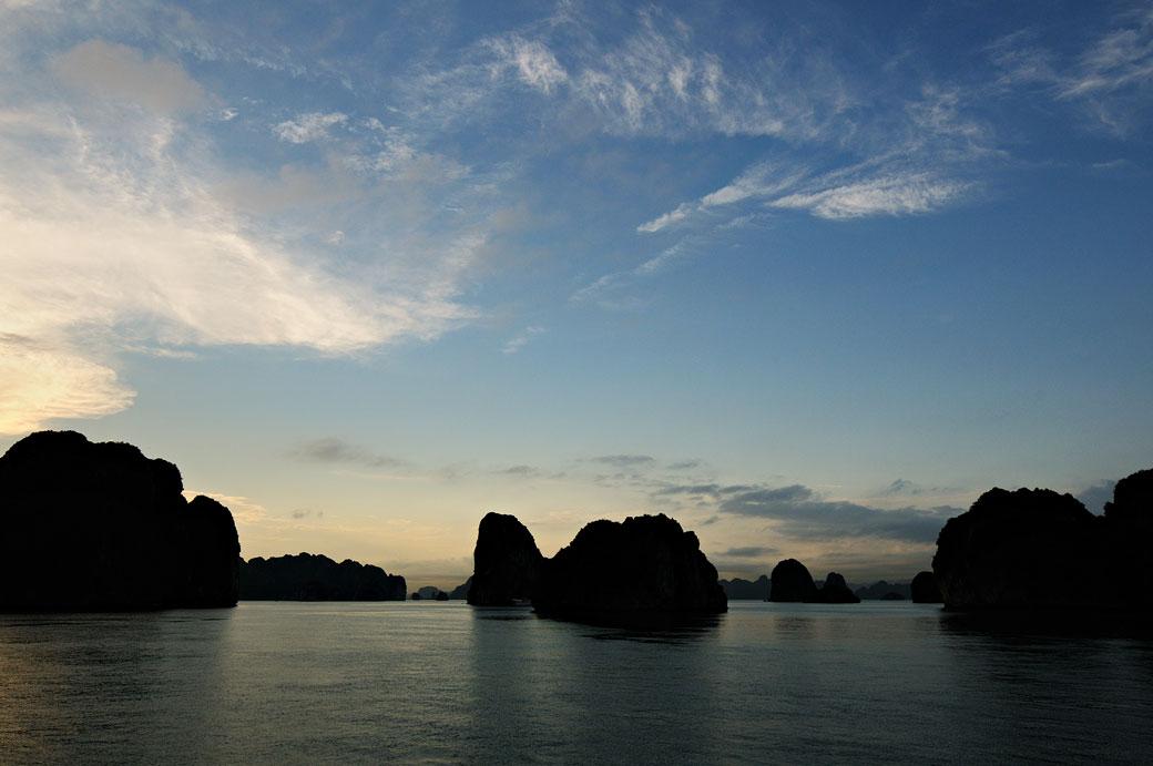 Fin de journée dans la baie d'Halong, Vietnam