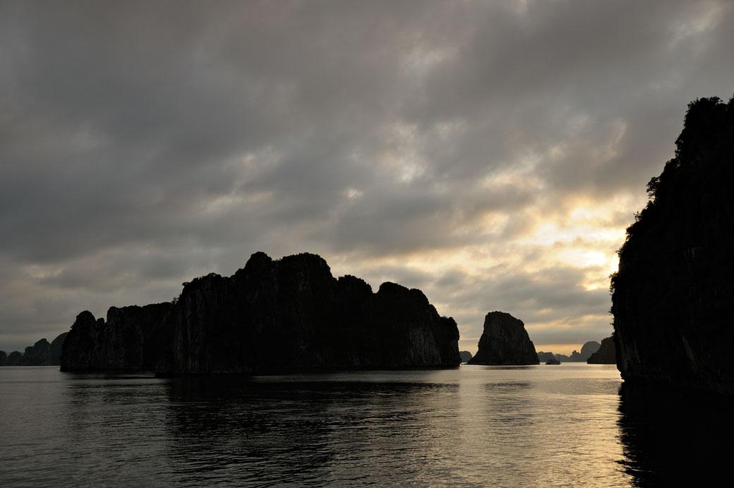 La baie d'Halong en fin de journée, Vietnam