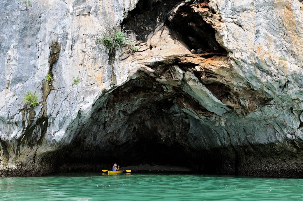 Kayak dans une petite grotte de la baie d'Halong, Vietnam