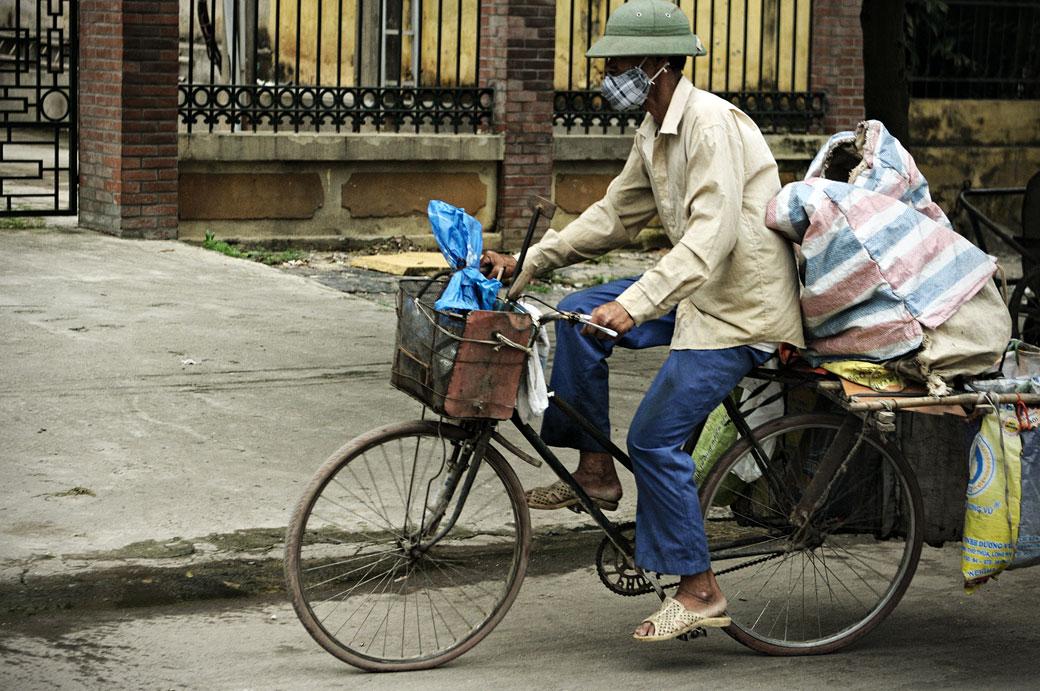 Homme à vélo au nord du pays, Vietnam