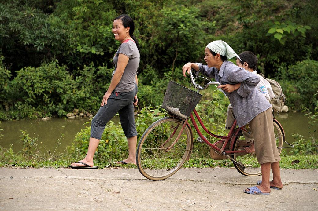 Femmes souriantes dans un village Tay près de Hà Giang, Vietnam