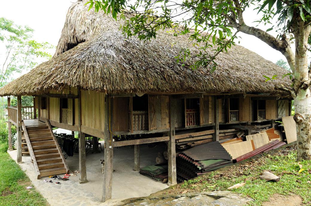 Maison sur pilotis de la minorité Tay près de Hà Giang