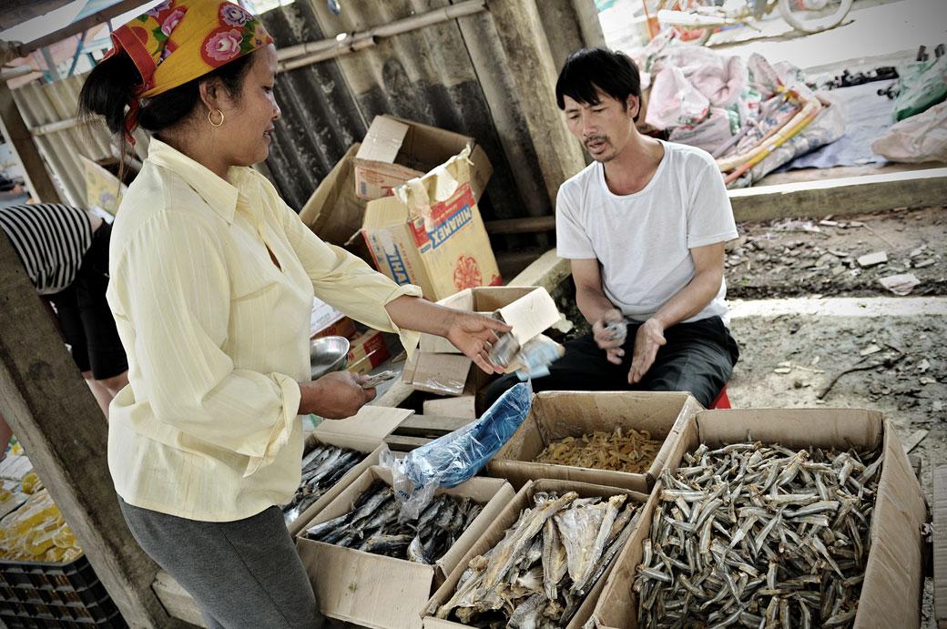 Transaction au marché de Quyet Tien, Vietnam