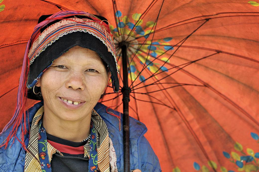 Femme Dao sous une ombrelle colorée, Vietnam