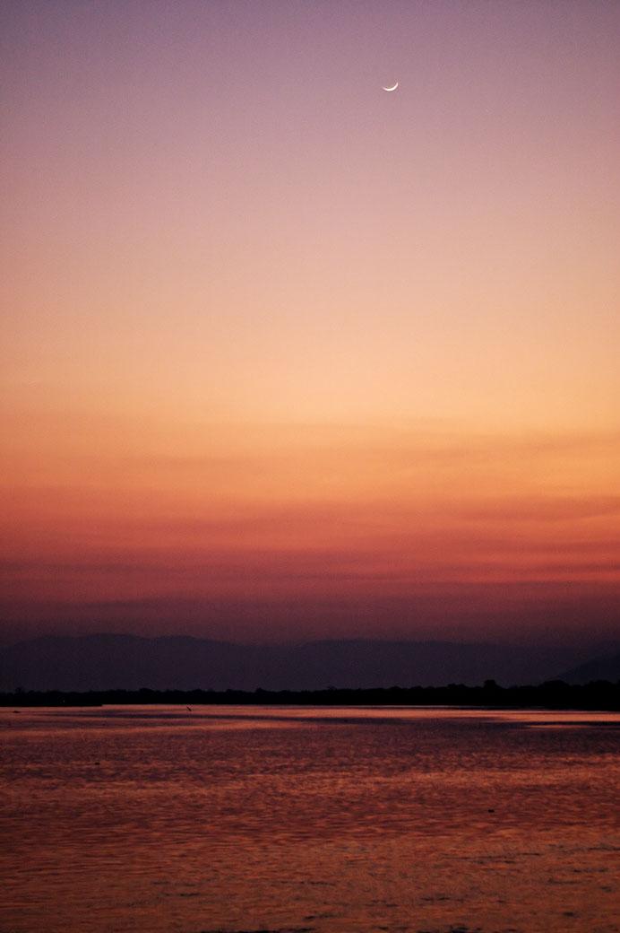 La nuit tombe sur le fleuve Zambèze, Zambie