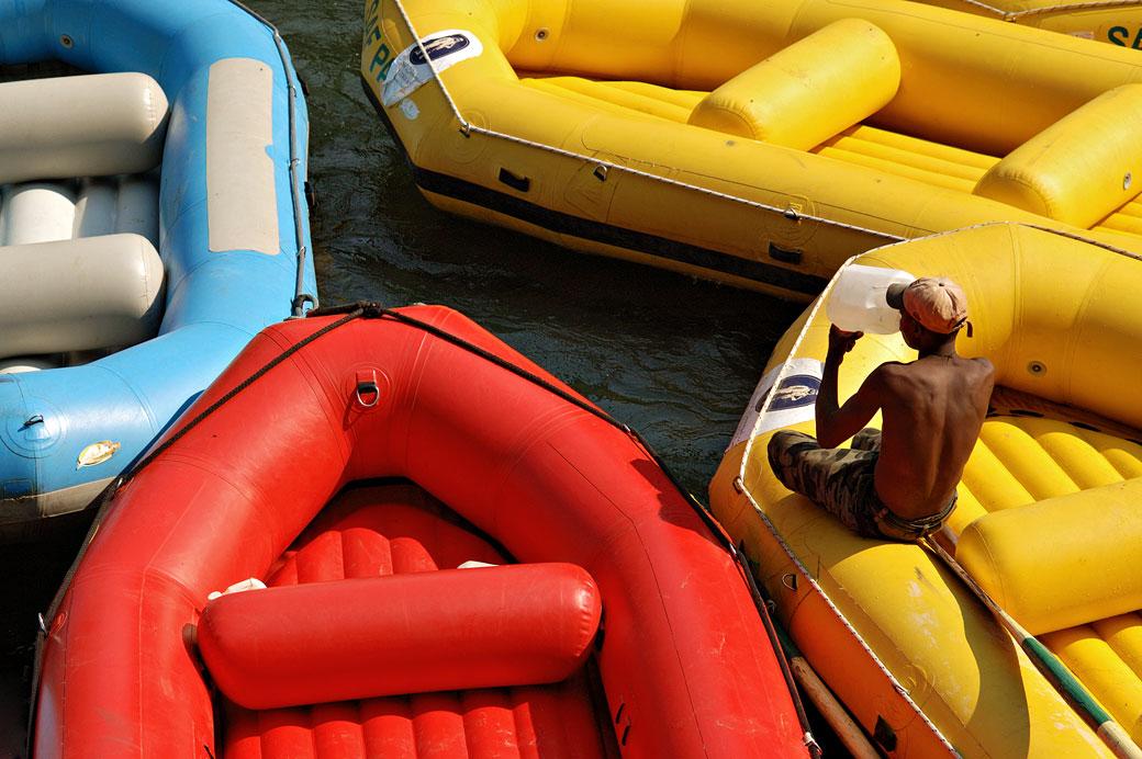 Bateaux de rafting colorés sur le Zambèze, Zambie