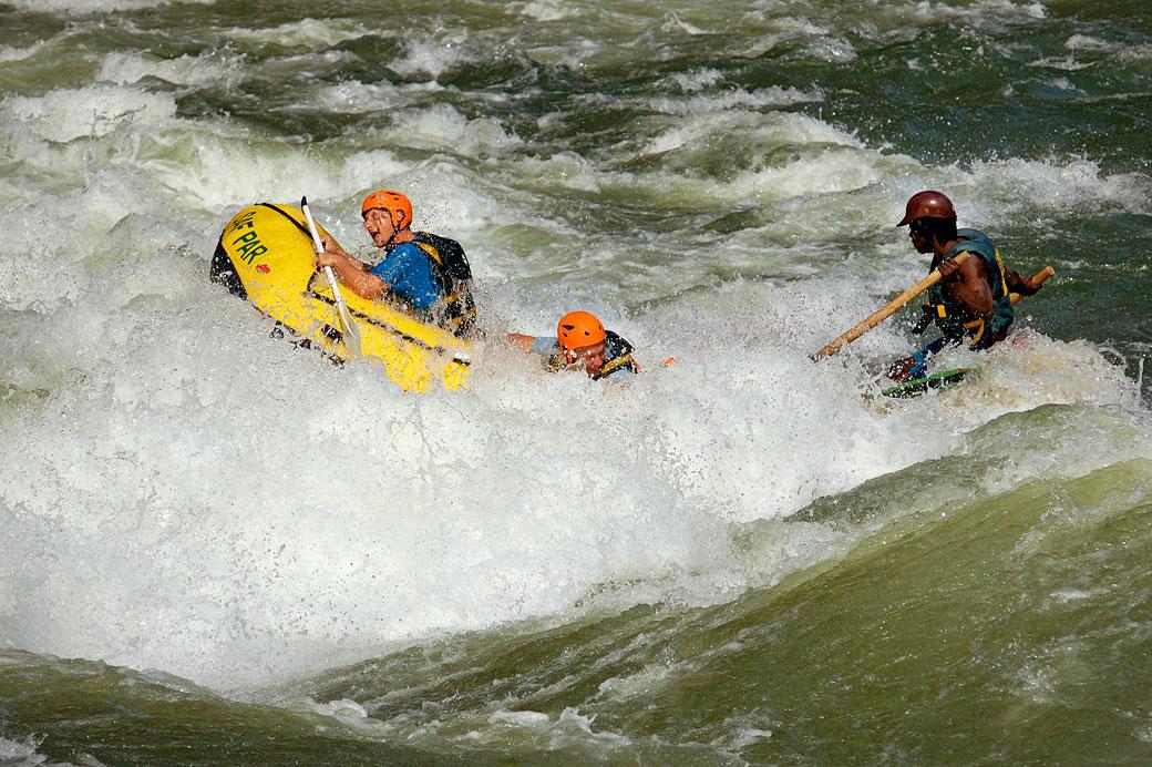 Rafting dans les remous puissants du Zambèze, Zambie