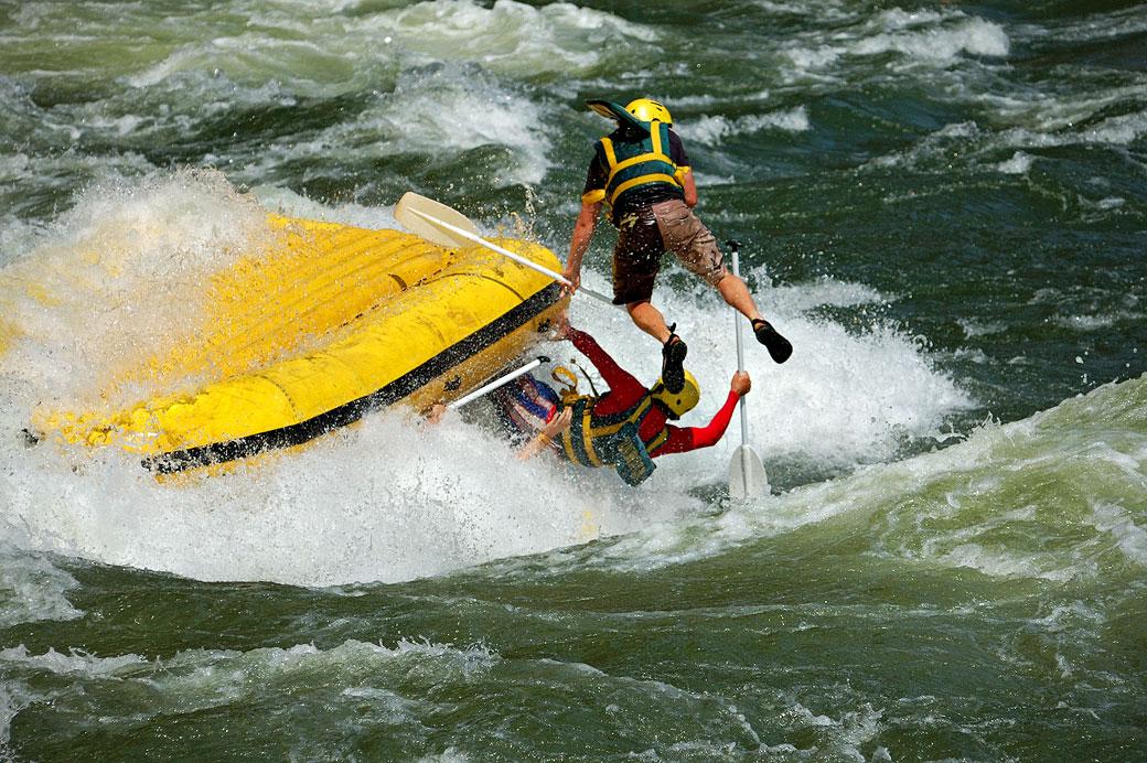 Rafting jaune en difficulté sur le Zambèze, Zambie