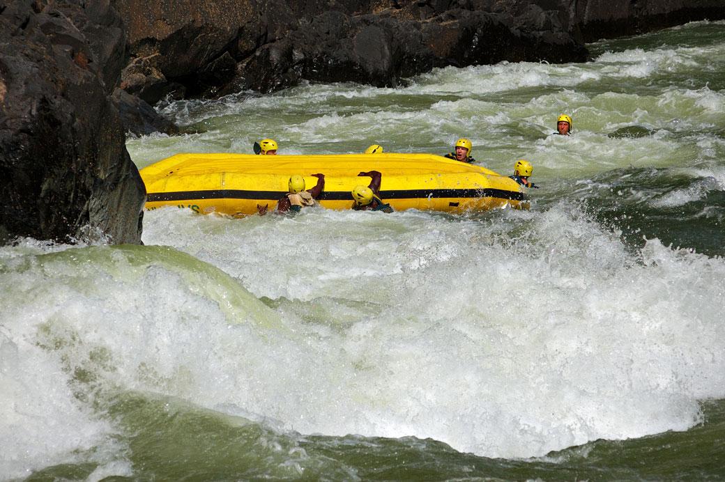 Bateau de rafting retourné sur le Zambèze, Zambie