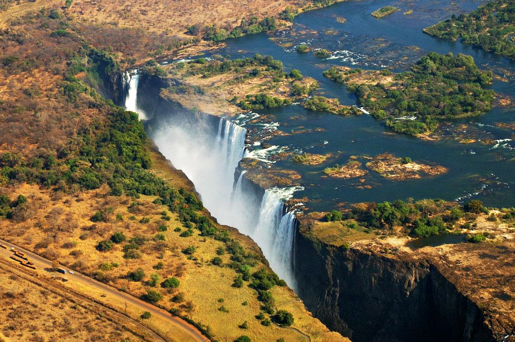 Les Chutes Victoria depuis un hélicoptère, Zambie
