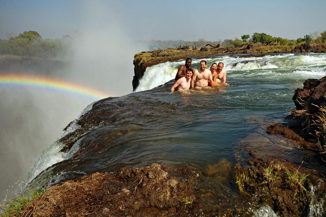 Groupe de touristes à Devil's pool aux Chutes Victoria, Zambie