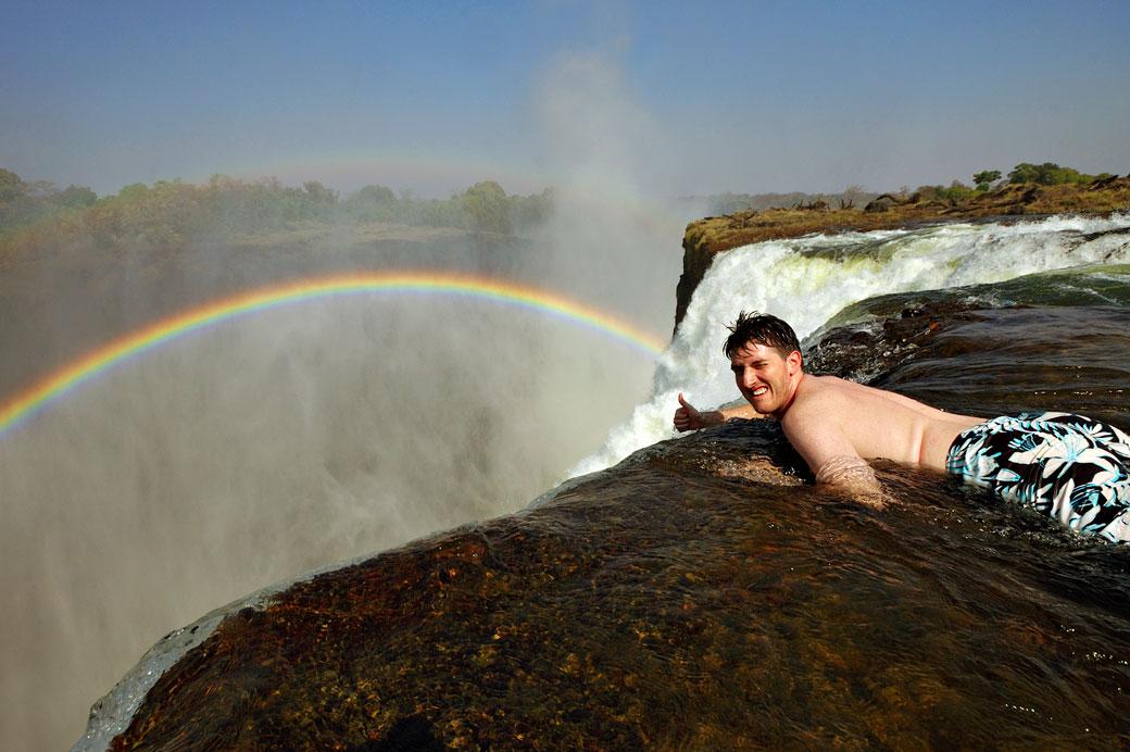 Touriste dans la piscine du diable (Devil's pool) aux Chutes Victoria