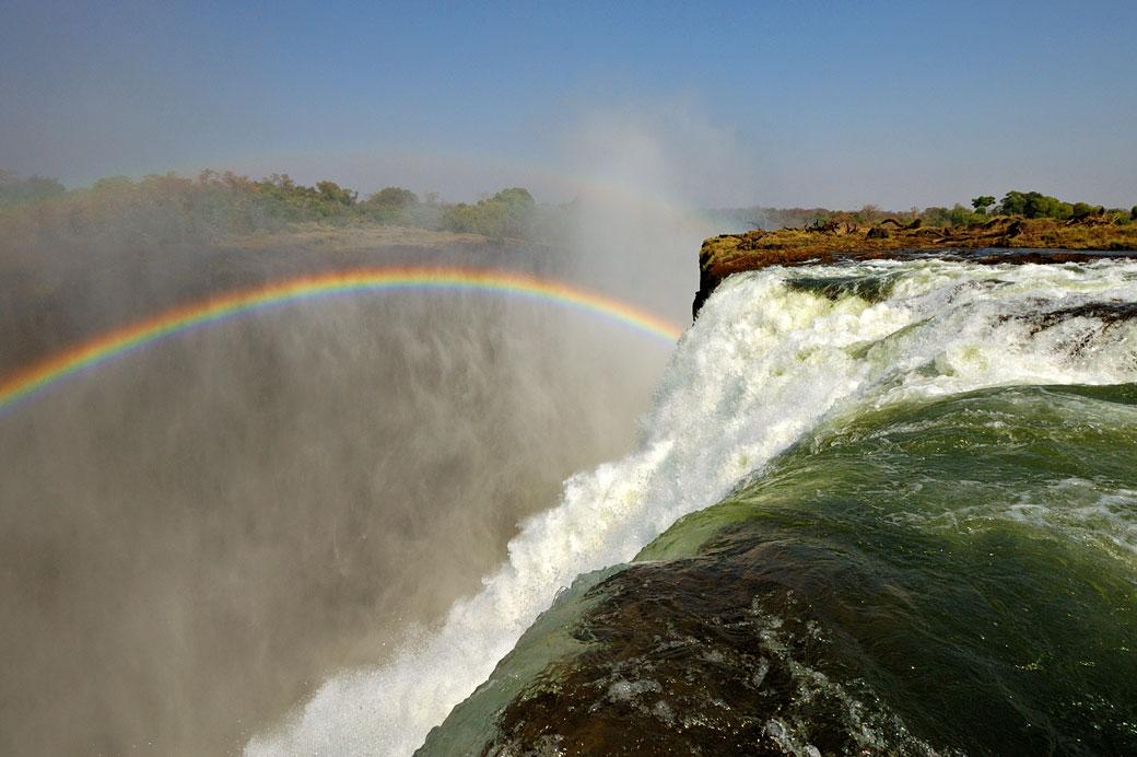Arc-en-ciel dans l'abîme de Victoria Falls, Zambie