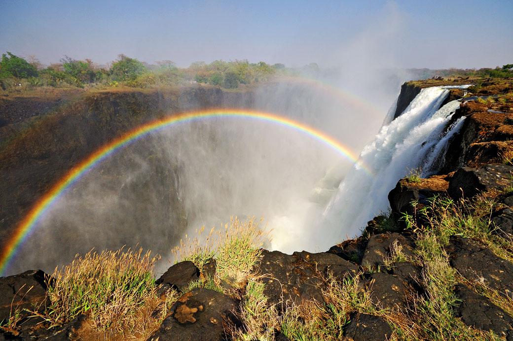Arc-en-ciel aux Chutes Victoria depuis l'île de Livingstone, Zambie