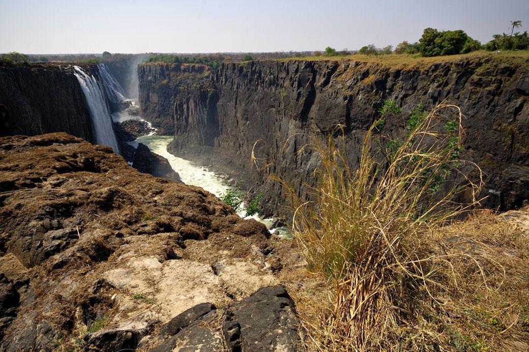 Les Chutes Victoria à la saison sèche depuis l'île de Livingstone